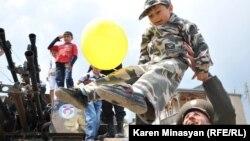 Эпизод дня по время военного парада в Нагорном Карабахе. Степанакерт, 9 мая 2012 года.