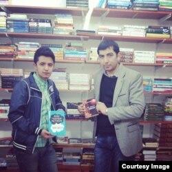 """""""Bakumoz"""" kitab mağazasında Fərid Kərmov və oxucu."""