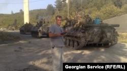 Koba Liklikadze, corespondentul Serviciului georgian al RFE în fața tancurilor ruse