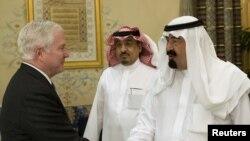 رابرت گیتس (چپ) با سلطان عبدالله، پادشاه عربستان سعودی (راست)