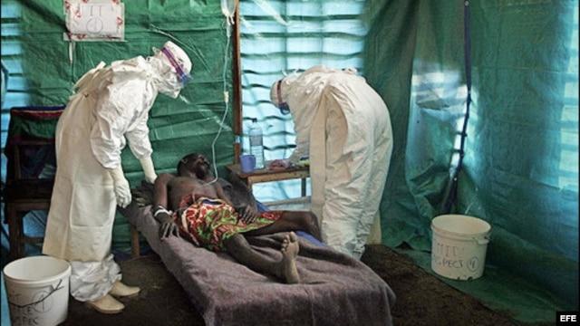 امدادگران در لباسهای مخصوص به بیماران رسیدگی میکنند، با این همه آنها نیز به ویروس مبتلا شدهاند