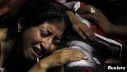 Женщина оплакивает христианина-копта, погибшего в Каире