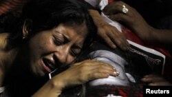 Полициямен қақтығыс кезінде өлген ұлын жоқтап отырған египеттік әйел. Каир, 10 қазан 2011 жыл