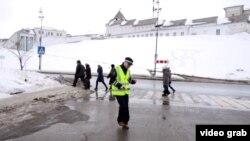 Казан Кремле астында ДПС хезмәткәре биеп тора