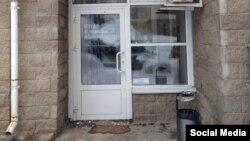 Испачканные дверь и порог предвыборного штаба российского оппозиционного политика Алексея Навального в Уфе.
