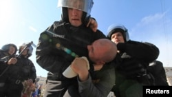 Міліція затримує прихильника опозиції на мітингу 18 травня у Києві
