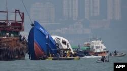 На месте катастрофы у берегов Гонконга, 2 октября 2012 г.