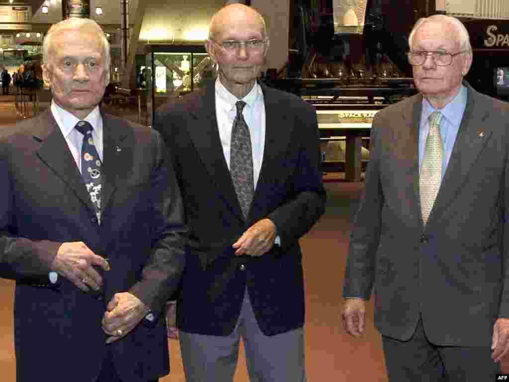 Apollon 11 missiyasının iştirakçıları. Edwin Aldwin (solda),Michael Collins (orta) vəNeil Armstrong Washington, DC-də yerləşən Milli Aviasiya və Kosmos Muzeyində, 19 iyul 2009