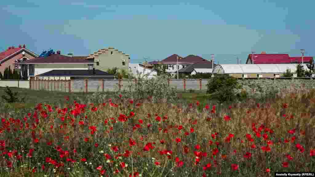 Приватна забудова на північно-східній околиці Заозерного. На деяких будинках можна побачити табличку «Продається»