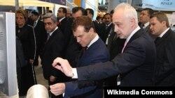 Леонид Меламед (справа) с Дмитрием Медведевым в выставочном комплексе в Петербурге летом 2008 года