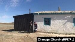 Лариса Чернышева и ее сын Владимир возле своего дома. 18 сентября 2021 года