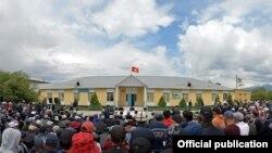 Президент Садыр Жапаров 18-июнда Нарынга жасаган иш сапарында Ат-Башы районунун тургундары менен жолукту.