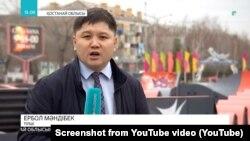 Ербол Мәндібектің мемлекет иелігіндегі Qazaqstan ұлттық телеарнасы тілшісі болып жүргенде әзірлеген видеосюжетінен скриншот.