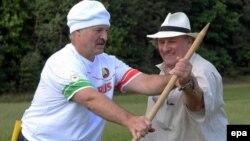 Președintele Alexandr Lukașenko învățîndu-l pe Depardieu cum să țină o coasă...