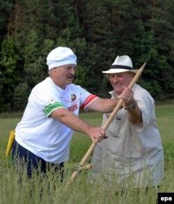 Аляксандар Лукашэнка вучыў Жэрара Дэпардзьё касіць траву ў 2015 годзе