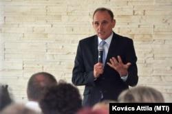 Gémesi György polgármester beszédet mond a Gödöllői Idősek Otthonában 2017. szeptember 6-án.