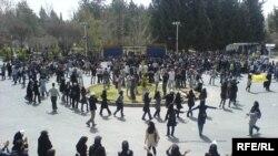 گروهی از دانشجویان معترض شیرازی در جریان تجمعها و راهپیماییهای اسفند سال گذشته