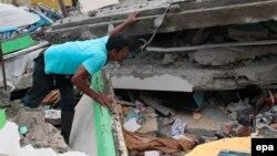 Эквадор расмийлари қулаган бинолар остида кўплаб одам кўмилиб қолган бўлиши мумкинлигини тахмин қилмоқдалар.