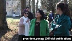 Саломе Зурабишвили (в центре) во время визита во Францию, 17 февраля 2019 г.