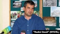 """Нуршед Машрабов, владелец сгоревшего рынка """"Корвон"""", на встрече с журналистами. Душанбе, 6 сентября 2012 года."""