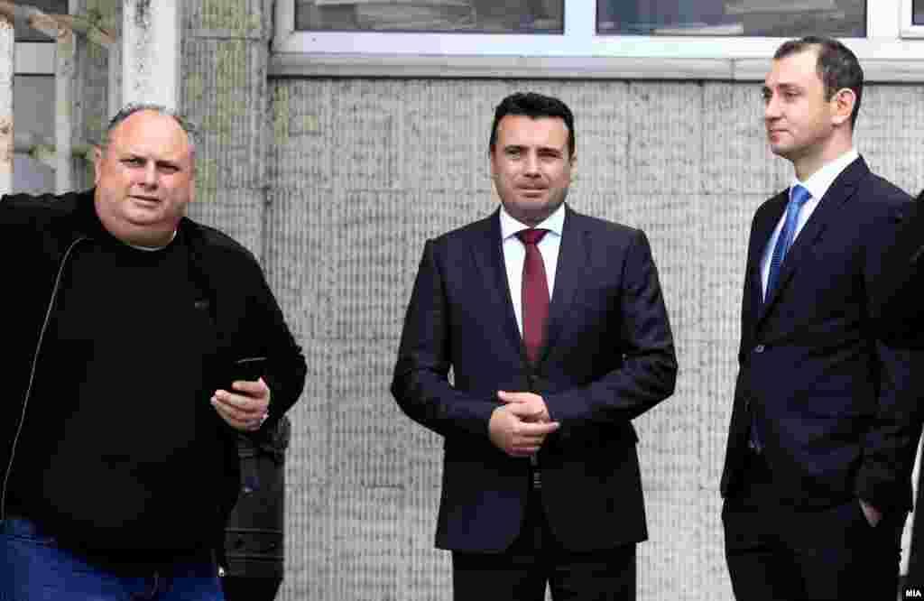 МАКЕДОНИЈА - На премиерот Зоран Заев кој е обвинет во случајот Поткуп ќе му се суди за барање, а не примање на мито откако обвинителството побара преквалификација на делото. Судијата Дарко Тодоровски посочи и дека нема да важат ни доказите прибавени со ПИ-мерки.