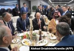 Ресей президенті Владимир Путин (ортада) әлемдік футбол чемпионатының ашылу рәсіміне қатысуға келген шетелдік жоғары лауазымды тұлғалармен бірге. Мәскеу, 14 маусым 2018 жыл.