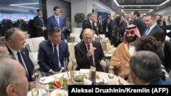 Президент России Владимир Путин и высокопоставленные гости, прибывшие на открытие чемпионата мира по футболу, во время перерыва между таймами первого матча. Москва, 14 июня 2018 года.