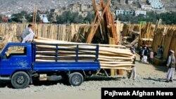 عکس تزئیني بڼه لري، افغانستان کې د لرګیو یو ټال چېرته چې د رغنیزو چارو لپاره پلورل کېږي.