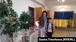 Избирательный участок в здании Посольства Украины в Бишкеке. 31 марта.
