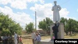 Ескі Икан ауылындағы қайта орнатылған Сталин ескерткіші.