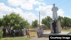 2014 йилнинг июнь ойида олиб ташланган Сталин ҳайкали 8 май куни Эски Иқон аҳолиси тарафидан қайта тикланган эди.