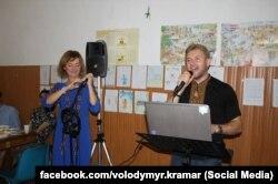 Володимир Крамар співає під час свята на парафії