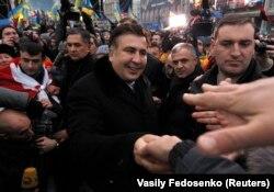 Mikheil Saakashvili (ortada) Kiyevdə etirazçılara dəstək olur, 7 dekabr 2013