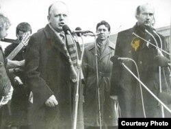 Станіслаў Шушкевіч і Зянон Пазьняк на мітынгу, на заднім пляне — Мечыслаў Бурак