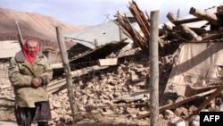مردی در کنار خانه ویران شده اش در نورا. (عکس: AFP)