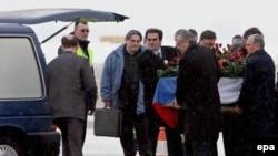 Гроб с телом Слободана Милошевича в среду был доставлен в морг в Белграде