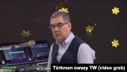 Türkmenistanyň prezidenti Gurbanguly Berdimuhamedow saz çalýar. Döwlet telewideniýesinden alnan surat.