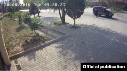 Автомобиль, въехавший на территорию посольства Китая в Бишкеке. В машине, по данным следствия, находился террорист-смертник. Скриншот видео с камеры наблюдения.