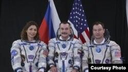 Экипаж космического корабля Союз - ТМА-9: космический турист Аньюше Ансари, борт-инженер Михаил Тюрин и командир корабля Майкл Лопес-Алегриа.