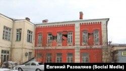 Поврежденное здание бывшего железнодорожного училища в Красноярске