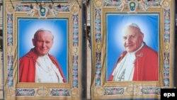 John Paul II (sol) və John XXIII (sağ)