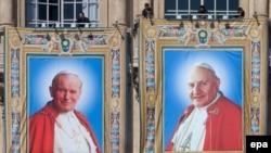 Portretet e dy Papëve që u kanonizuan sot në Vatikan - Papa Gjon Pali II (majtas) dhe Gjoni XXIII