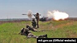 Украински војници за време на воени вежби во април
