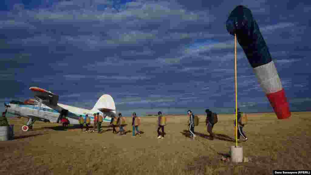 """Дождавшись затишья астанинского ветра, организаторы разрешили новичкам подняться на борт. С назначенного времени приезда желающих на тот момент прошло четыре часа. Часто бывает так, что парашютисты часами пережидают ветреную погоду столицы. Профессионалы назвали сегодняшнюю погоду """"удачной для полетов""""."""