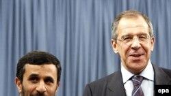 آقای لاوروف می گوید: ما تلاش می کنيم ايران را به متوقف کردن برنامه هسته ای اش ترغيب کنيم.