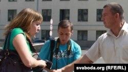 Намесьнік начальніка ГУУС Ігар Яўсееў перашкаджае працаваць рэпарцёру Юліі Дарашкевіч, архіўнае фота