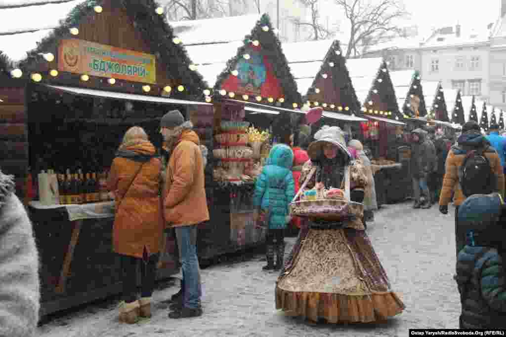 У самому центрі Львова – на самій площі Ринок – вирує життя. Тут також стоять ятки різдвяного ярмарку