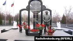 Колишній ватажок угруповання «ДНР» тепер стоїть у повний зріст на цвинтарі «Донецьке море»