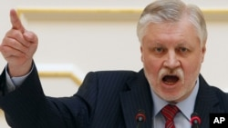 Sergei Mironov addressing the St. Petersburg Legislative Assembly on May 18.