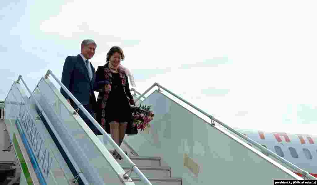 Кыргыз президенти Алмазбек Атамбаевдин жубайы Раиса Атамбаева менен Ташкент аба бекетине келген учуру.